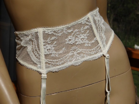 VINTAGE KNICKERBOX CREAM LACY SUSPENDER BELT SIZE:- 12